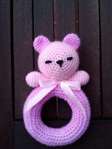 Un detalle que a los mas pequeñines de la casa les encantara. Un oso sonajero, fácil y rápido de hacer. Aquí dejo el apunte del patrón.  ARO 1. Realizar 40 cadenetas y unir la última con la primera con un punto deslizado. 2. Un pb en cada cadeneta 3. 4pb, 1aum 4. Todo pb 5. 4pb, 1aum Crochet Baby Toys, Crochet Food, Cute Crochet, Crochet Animals, Crochet Dolls, Baby Knitting, Crochet Hats, Crochet Cross, Crochet Poncho