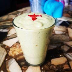 Deze banaan smoothie is net een milkshake! Heerlijk romig door de avocado en banaan. De rode peper geeft het een lekker spicy tintje. Detox smoothie