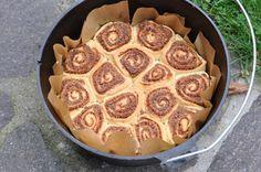 "Fertige Cinnamon Rolls im 12"" Dutch Oven Zimtschnecken aus dem Dutch Oven - Cinnamon Rolls-Zimtschnecken-CinnamonRolls06"