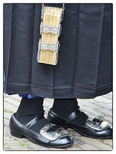 Staphorst schoenen met gespen en een bijbel met zilveren sloten.