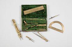 SOUVENIR DU DUC DE BORDEAUX Boîte de mathématicien en bois, recouvert de maroquin vert doré au petit fer, fermant par deux crochets. Elle contient : Compas, pointes à encre, rallonge… soit neuf éléments,… - Ader - 25/05/2016