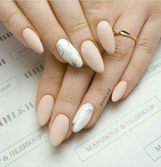 Prized by women to hide a mania or to add a touch of femininity, false nails can be dangerous if you use them incorrectly. Types of false nails Three types are mainly used. Aycrlic Nails, Cute Nails, Pretty Nails, Classy Nails, Stylish Nails, Ongles Beiges, Beige Nails, Best Acrylic Nails, Acrylic Nails Almond Matte