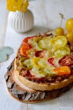 Bruschetta aux tomates, aux oignons caramélisés et à la mozzarella.