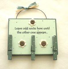 Odd Socks Wooden Plaque: Amazon.co.uk: Kitchen & Home. Para los calcetines perdidos!
