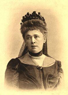 La primera mujer en recibir el Premio Nobel de la Paz fue también su inspiradora Bertha von Suttner (1843-1914) http://www.mujeresenlahistoria.com/2015/01/la-mujer-de-la-paz-bertha-von-suttner.html