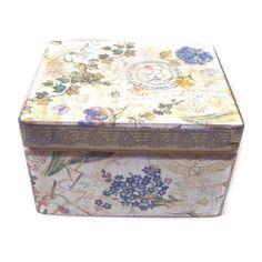 Pudełko z koronkową dekoracją