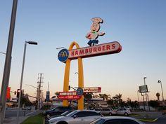 Ein Besuch im Oldest McDonald's Restaurant der Welt! Universal Studios, Mcdonald's Restaurant, Los Angeles Restaurants, Mcdonalds, Travel, Burger And Chips, California Vacation, Skyscraper, Us Travel