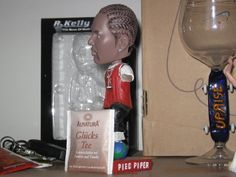 Alnatura Glucks Tee with R. Kelly bobblehead