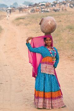 Mujer rural india en un hermoso vestido