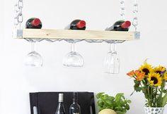 Una vinoteca para colgar en la cocina