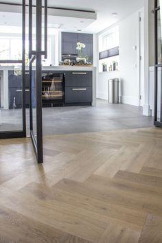 Voor dit project hebben wij een 15 mm eiken dual plank gebruikt. Deze hebben wij met ons Cinzento Custom Made® programma volledig naar wens van de klant bewerkt. De gekozen vloer heeft een rustiek A/B sortering, is naar wens gerookt en hebben wij volgens wit geolied. Dit maakt de vloer slijtvast en eenvoudig te onderhouden. Küchen Design, Floor Design, Interior Design, French Style Homes, White Oak Floors, Style Deco, House Stairs, Home Upgrades, Kitchen Flooring