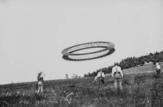 Alexander Graham Bell (right) and his assistants observe the flight of a circular tetrahedral kite. Juli 7, 1908.