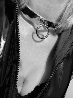femme soumise en collier