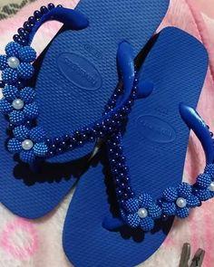 """0 curtidas, 0 comentários - Artes da Li (@artes_da_liza) no Instagram: """"Vamos aproveitar o calor já mostrou que veio com tudo deixe de lado a sapatilha e use e abuse dos…"""" Beaded Sandals, Glass Slipper, Huaraches, Seed Beads, Diy Jewelry, Jewerly, Flip Flops, Swarovski, Slippers"""