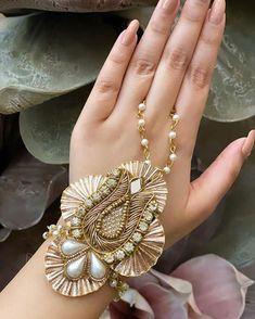 Hand Jewelry, Diy Jewellery, Fabric Jewelry, Handmade Jewelry, Jewelry Design, Flower Jewelry, Bridal Bracelet, Bridal Jewelry, Diy Wedding Earrings