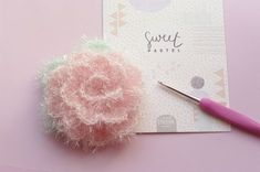 "Tutoriel photo pour réaliser une jolie fleur au crochet, avec le fil éponge ""Creative Bubble"" de chez Rico Design. La vaisselle sera plus fun ! Creative Bubble, Patron Crochet, Knitting Patterns, Boyfriend Crafts, Rico Design, Creation Couture, Valentine's Day Diy, Valentines Diy, Ornaments"