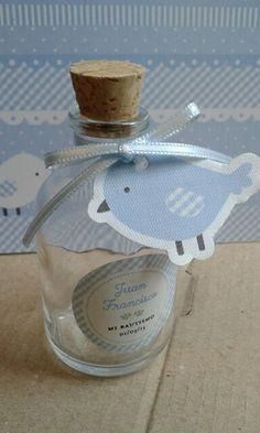 Souvenir . Frasco agua bendita Baby Shower Souvenirs, Baby Baptism, Fiesta Party, Girl Shower, Mason Jars, Perfume Bottles, Gifts, Safari, Decorative Bottles