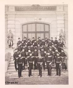 "Regimentul Siret nr. 11, 1902, Romania. Ilustrație din colecțiile Bibliotecii Județene ""V.A. Urechia"" Galați. http://stone.bvau.ro:8282/greenstone/cgi-bin/library.cgi?e=d-01000-00---off-0fotograf--00-1----0-10-0---0---0direct-10---4-------0-1l--11-en-50---20-about---00-3-1-00-0-0-11-1-0utfZz-8-00&a=d&c=fotograf&cl=CL1.29&d=J149_697980"