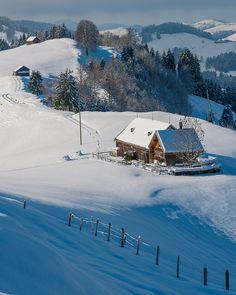 Homestead in winter Beautiful Places To Visit, Places To See, Casa Steampunk, Winterthur, Winter Scenery, Zermatt, Snow Scenes, Winter Landscape, Beautiful Landscapes