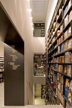 Livraria da Vila / Isay Weinfeld.  Simple yet strong way-finding