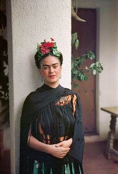 """A """"prettier"""" adaptation of Frida Kahlo's self-portrait has been circulating the internet. Frida's iconic look has been appropriated ever s… Diego Rivera, Frida E Diego, Frida Art, Tanz Poster, Art Espagnole, Karneval Diy, Nickolas Muray, Mexican Artists, Portraits"""
