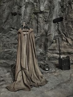 Star Wars: Episode VIII: Rian Johnson shares new image Is this what Jedi will be wearing in December Or could it be, as the director himself has jokingly suggested, the cloak that Rian Johnson. Obi Wan, Kino News, New Pictures, Cool Photos, Star Wars Video Games, Star Wars Episoden, Disney Fan, Movie Plot, Rian Johnson