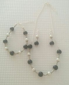 Black and white Jewelry Sets, Pearl Necklace, Beaded Bracelets, Pearls, Black And White, Fashion, String Of Pearls, Moda, Black N White