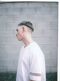 The bowl haircut is making a giant comeback. Try and mix it with a Caesar, an undercut, some extra long bangs, or an undercut with a hipster beard! Bowl Haircuts, Haircuts For Men, Fringe Hairstyles, Boy Hairstyles, Man Haircut 2017, Alternative Men, Bowl Cut, Salon Style, Hair Affair