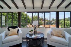 V dvoupatrové budově se na rozloze 372 m2 nacházejí 3 ložnice, 4 koupelny, veranda, obývací pokoj s krbem, profesionální kuchyň a jídelna.