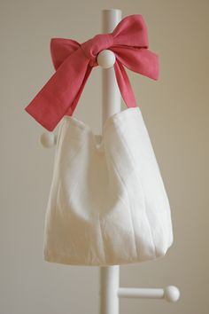 Discover recipes, home ideas, style inspiration and other ideas to try. Fabric Tote Bags, Diy Tote Bag, Embroidery Bags, Ideias Diy, Craft Bags, Linen Bag, Cute Bags, Cotton Bag, Handmade Bags