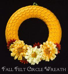 Fall Felt Circle Wreath {Guest Post featuring Crafts 'n Coffee - Wreath Ideen Fall Wreath Tutorial, Diy Fall Wreath, Autumn Wreaths, Wreath Crafts, Fall Diy, Wreath Ideas, Thanksgiving Wreaths, Thanksgiving Ideas, Diy Tutorial
