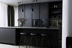 Modern Home Decor Kitchen Kitchen Room Design, Kitchen Dinning, Modern Kitchen Design, Home Decor Kitchen, Interior Design Kitchen, Modern Interior Design, Modern Kitchen Interiors, Black Kitchen Cabinets, Black Kitchens
