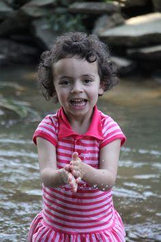 Mariana brinca no rio que passa na casa de sua falecida bisavó em Benedito Novo - SC