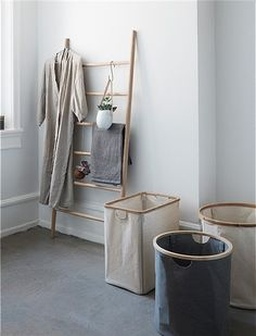 Der Wäschekorb in eckig von HÜBSCH Interior ist aus Stoff mit Bambusrand und kann zusammen gefaltet werden. 70€