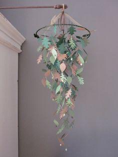 Paper leaves nursery mobile --- Gave kinderkamer mobiel gemaakt met bladeren in 2 groen tinten en licht bruin --- Op de babykamer, stoere jongenskamer of als bruiloftsdecor
