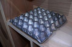 Cartón de huevos fundido en aluminio. Bronzo. Sculpture, Ideas, Design, Egg Cartons, Oven, Blue Prints, Sculptures, Sculpting