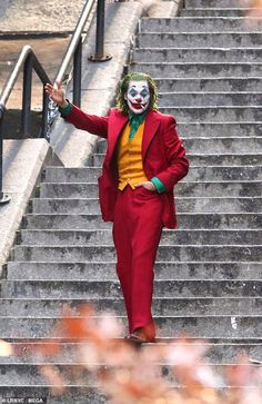 Joaquin Phoenix offers one final glimpse of The Joker on set as production wraps in New York City Nearly three months after filming began, production has wrapped on Warner Bros.' Joker movie starring Joaquin Phoenix, with the actor spotted on set one last Art Du Joker, Le Joker Batman, Der Joker, Joker And Harley, Joker Comic, Gotham Batman, Joker Cosplay, Joker Costume, Red Costume