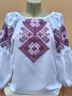 Женская вышиванка с геометрическим орнаментом