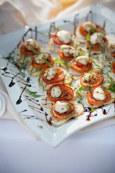 Individual Caprese Salads with a Balsamic Drizzle yum! Wedding Appetizers, Yummy Appetizers, Appetizer Recipes, Tapas, I Love Food, Good Food, Yummy Food, Fiesta Party, Appetisers