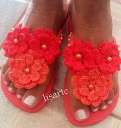 Risultati immagini per sandalias havaianas decoradas croche Knit Shoes, Crochet Shoes, Crochet Art, Crochet Slippers, Crochet Flowers, Crochet Patterns, Flip Flop Art, Flip Flop Shoes, Beaded Shoes
