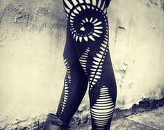 Geflochtene Spiral-Leggings - handmade, tribal, Hippie, Goa, Psytrance, Boho, Party, Festival, zerfetzt, geflochten, Schnitt, offene, schwarze, dehnbare Gamaschen.