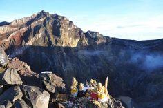 hier is de gunnung agung op bali. de vulkaan rommelt. misschien komt er een uitbarsting. 40.000 mensen zijn geevakueerd.
