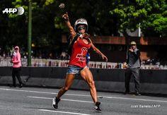 Rocio Perez agregó 2 fotos nuevas. 1 de mayo a las 23:44 ·  No sé quién es, pero esta tipa es mi nueva idola. La foto es de AFP y es de la protesta de hoy en Caracas, que originalmente era una marcha hasta que llegó la represión.
