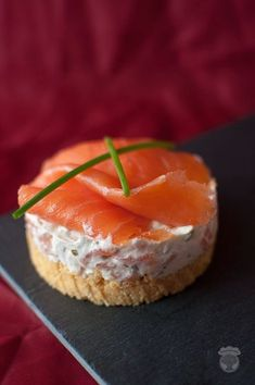 Salmon Cheesecake – A turtle in the kitchen Appetizers For Party, Appetizer Recipes, Tapas, Party Food Platters, Food Porn, Easy Smoothie Recipes, Mini Cheesecakes, Mini Foods, Cheesecake Recipes