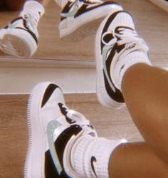 Jordan Shoes Girls, Girls Shoes, Shoes Women, Sneakers Mode, Sneakers Fashion, Black Shoes Sneakers, Fashion Outfits, Sneakers Style, Black Nike Shoes