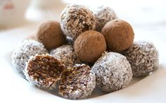 Что делать с маленьким сладоежкой, если конфеты очень любит, а к стоматологу не вариант? Продукты: 200 грамм кураги; 200 грамм чернослива; 200 грамм изюма; 200 грамм грецких орехов; Сок 1-го лимона; 3 ст.л. меда; 3-4 шт. шоколада без наполнителя; Из этого набора продуктов получается довольно много конфеток. Хранить их потом можно в холодильнике. Итак, начнем. Измельчаем хорошо промытые в горячей воде сухофрукты, орехи на мясорубке или в блендере, но не сильно мелко. Отжимаем сок 1-го лимона…