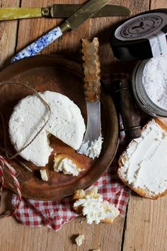 Fromage frais à la truffe noire Camembert Cheese, Dairy, Cooking Recipes, Foie Gras, Food, Truffles, Strawberry Fruit, Dish, Chef Recipes