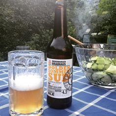 Grill raucht Sommersud im Glas - wunderbarer Sommer  #longdaysshortnights #riedenburger #sommersud #prost #erfrischungnachderhitzedestages #beerpic