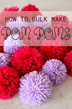 Sewing Animals Projects HOW TO MAKE POM POMS IN BULK - Mass producing adorable pom poms has never been easier with this crazy easy tutorial! Learn how to make pom poms in bulk and use them in all your craft or sewing projects! Pom Pom Mat, Diy Pom Pom Rug, Pom Pom Wreath, Pom Pom Crafts, Yarn Crafts, Pom Pom Headband, Crafts To Sell, Diy And Crafts, Crafts For Kids