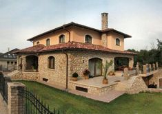 Családi ház homlokzata - homlokzat ötlet Exterior Tiles, Tuscan House, Space Architecture, Sweet Home, Mansions, House Styles, Dream Houses, Home Decor, Facades